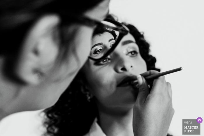 Photographie de mariage de Rio de Janeiro d'une mariée ayant son maquillage appliqué.