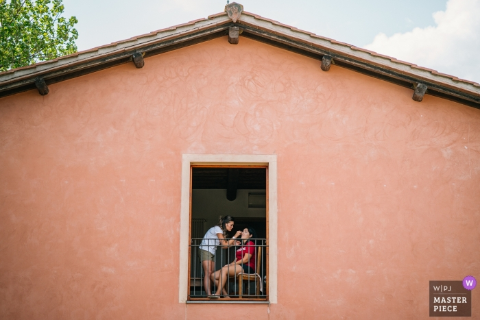 Minimalistyczne zdjęcie panny młodej przygotowującej się do uroczystości weselnej w Tenuta il Quadrifoglio, San Gimignano, Siena