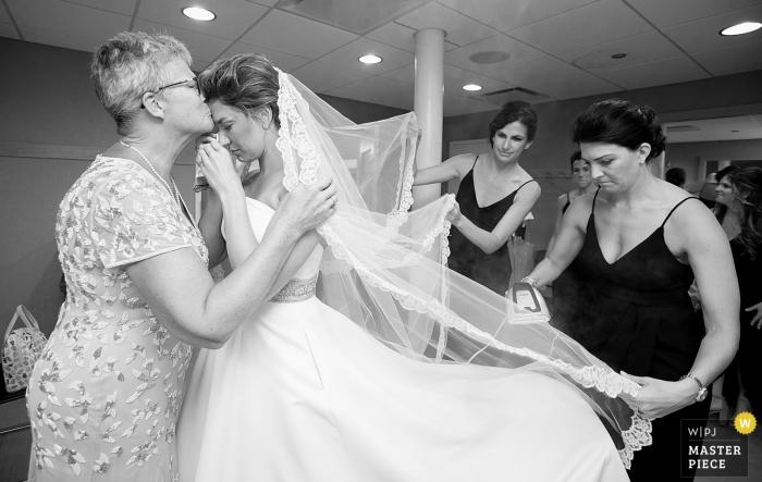 Zdjęcie emocjonalnego momentu między matką i córką przed ceremonią w kościele Old St. Patrick's Church, Chicago, Illinois