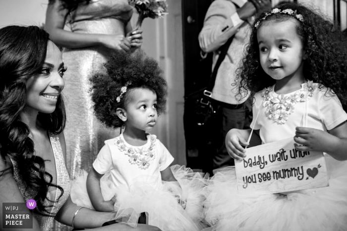 Fulham Palace Fotograf ślubny przedstawiający końcowe przygotowania przed ceremonią ślubną