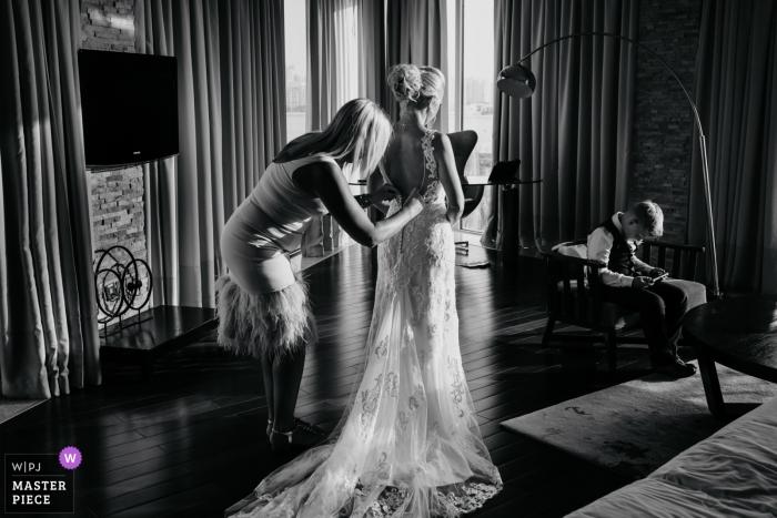 Hochzeitsfotografie im Rixos Hotel The Palm Dubai | Ein ruhiger Moment, der sich mit der Familie fertig macht
