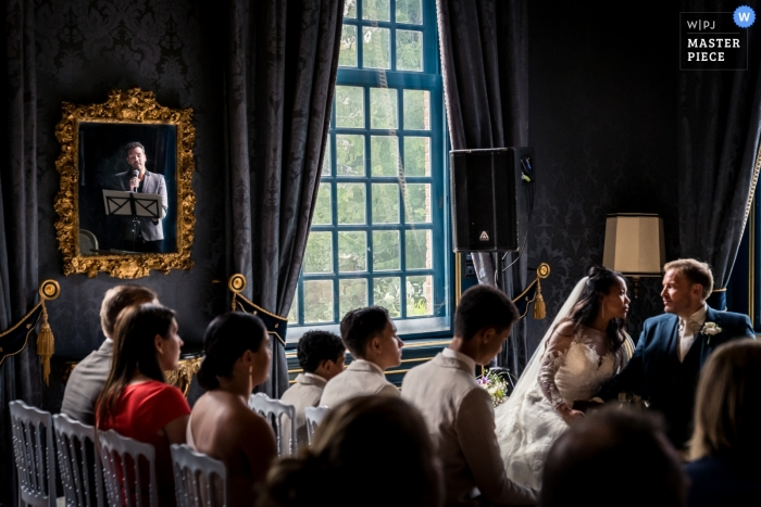 Zdjęcia ślubne Podczas ceremonii w Slot Zeist, Zeist. | Dobry przyjaciel pary śpiewa podczas ceremonii