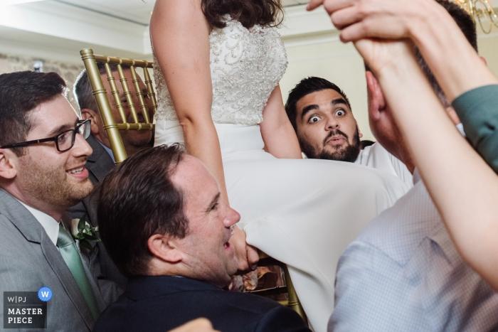 Photos de mariage à Horsham, en Pennsylvanie - Trouver sa force lors de la soirée sur la chaise de la mariée à la réception