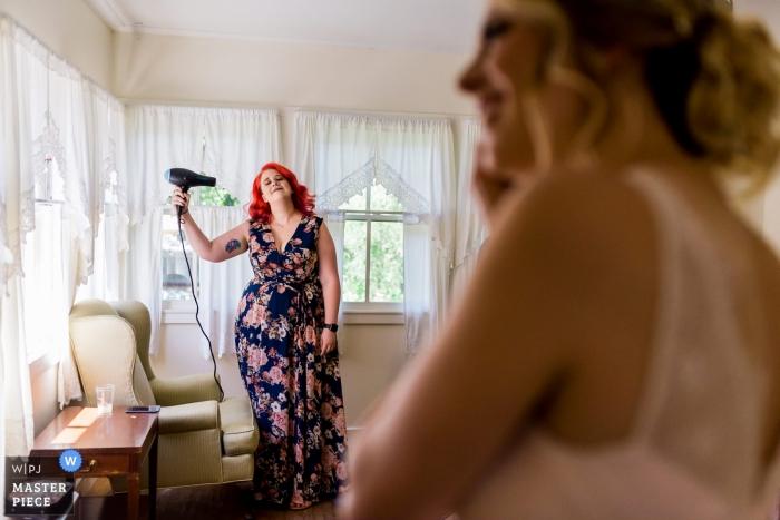 Santa Cruz, CA Casamento O fotojornalismo de uma noiva e sua festa nupcial se prepara para o casamento na montanha em Santa Cruz.