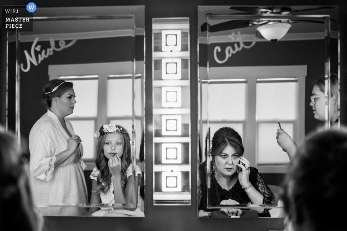 Le photojournalisme de mariage en Californie - Se préparer pour la cérémonie avec la mariée et les filles