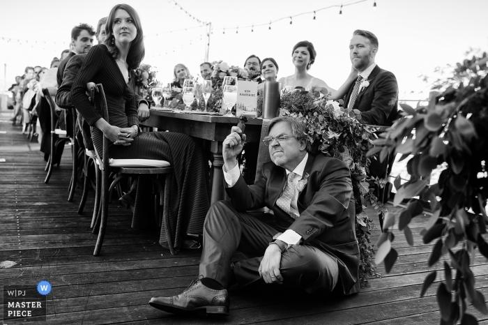 West Shore Cafe, Homewood, Kalifornia Fotografia weselna - ojciec panny młodej uważnie filmuje przemowę swojej żony.