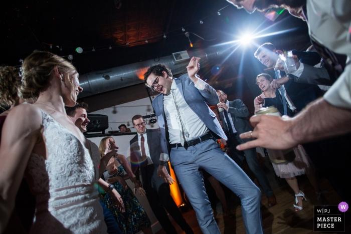 The Bottom Lounge, Chicago, IL Wedding Venue Zdjęcia - Otwarty parkiet taneczny i ludzie zaczynają przerywać ruchy, gdy ich ulubieńcy rozbrzmiewają przez głośniki DJ-a.