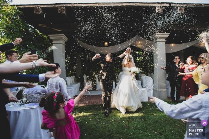 Hochzeitsfotos der Villa Il Mocale vom Konfetti nach dem Gelübde