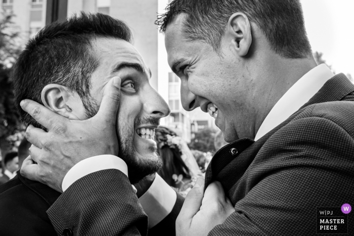 Alcoy wedding ceremony photographer | two men look at each other emotionally