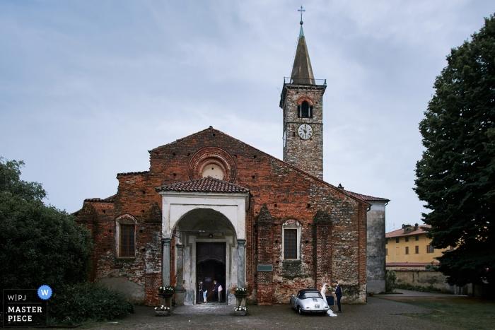 Les mariés sur le point de quitter le lieu de la cérémonie en Italie. | Tenuta Castello - Photographie de mariage au club de golf de Cerrione.