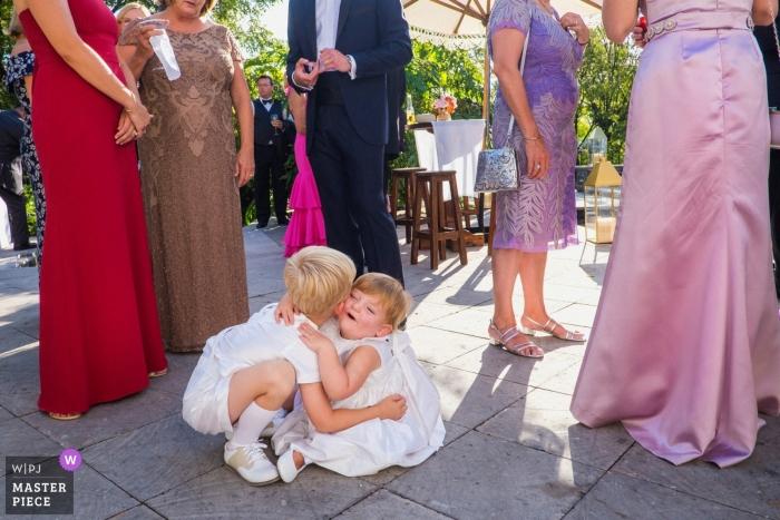 San Miguel de Allende, México, Fotografía de bodas de Casa Cien | La niña de las flores y el portador del anillo coquetean durante la hora del cóctel