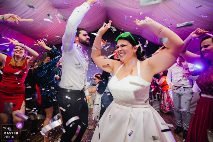 從Chateau de Lieutel法國的婚禮地點照片 - 在舞池的新娘五彩紙屑時間
