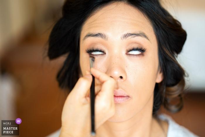 Huwelijksfotografie bij comomeer van bruid die klaar met make-up worden - zonder ogen