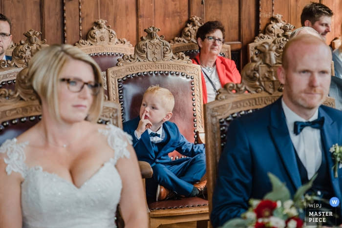 Rathaus Bückeburg documentary wedding photography during the ceremony | small boy gestures to be quiet