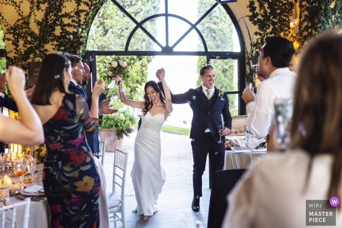 Villa del Balbianello wedding venue photography of the moment of party entrance by the bride and groom