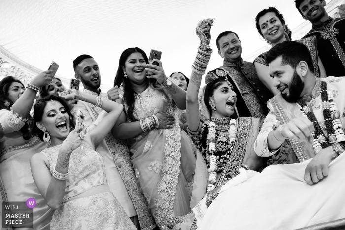 England-Zeremonie - Hochzeitsreportage-Fotoreportage der Braut, die die Runde der Spiele gewann, die nach der Zeremonie mit Familie und Freunden gespielt wurden. Spaßmoment, als Braut die Runde gewann und Familie / Freunde genossen und Fotos machten.