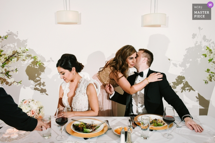 Place d'Armes Hotel, Montreal - Hochzeitsfotografie - Trauzeugin umarmt den Bräutigam nach ihrer Rede
