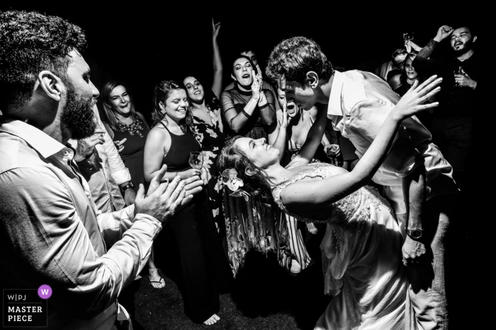 Monte Alegre do Sul - São Paulo wedding photographer - Image in black and white of the Couple dancing