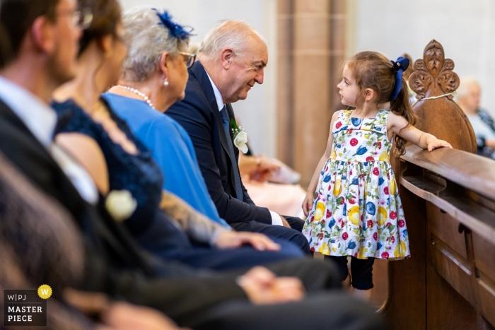 Fotógrafo de bodas de la Iglesia de Luxemburgo: el abuelo mira directamente a los ojos de su nieta durante la ceremonia