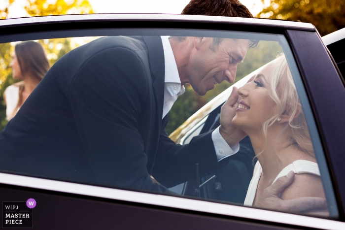 La Seratta Otopeni wedding image of the bride and her uncle during welcoming as she exits the car