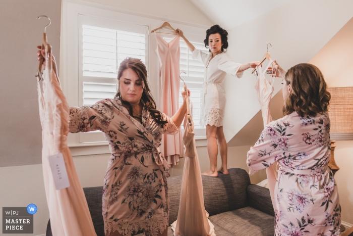 Huwelijksfotografie van zich klaarmaken in The Nantucket Hotel - Bruid en bruidsmeisjes bereiden zich voor op het aantrekken van hun jurken voor de bruiloft.