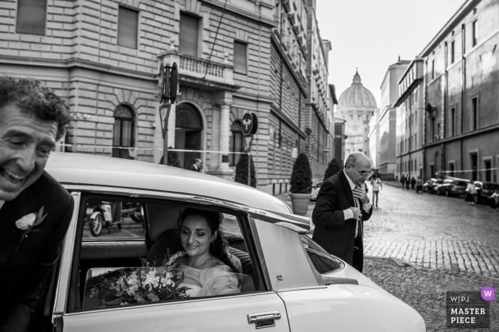 Santo Spirito w kościele Sassia - Rzymska ceremonia ślubna Fotografia przybycia panny młodej i wciąż w samochodzie