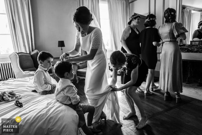 Fotografía de preparación de Francia el día de la boda: todo al mismo tiempo, niños, novia, damas de honor