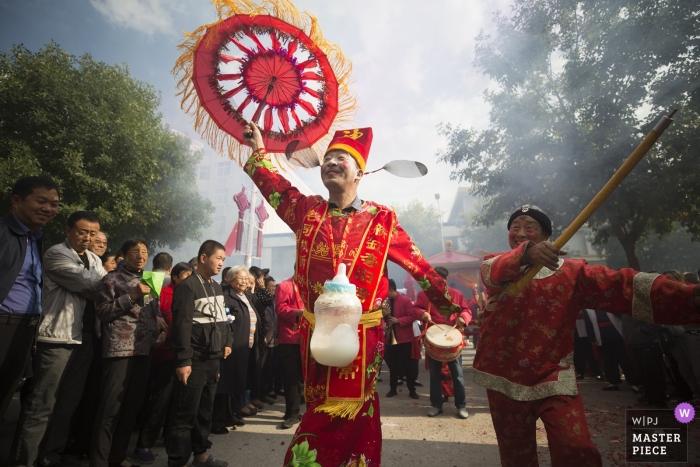 Shaanxi street photography on wedding day - Folk custom with dancing and music