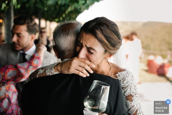Conti di San Bonifacio Wine Resort, Toscane Trouwdagfotografie | Bruid knuffelen haar vader met tranen
