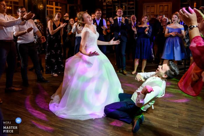 Nederlandse huwelijksfotografie van de eerste dans van het paar die behoorlijk wild werd en gasten juichten