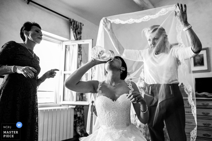 Tarascon - mas des comtes de provence - Getting ready wedding photography - A last drink before the wedding