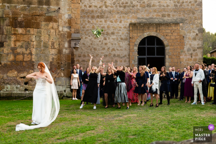 Abbazia San Giusto Wedding Photography after Ceremony   dress problems during the launch of the bouquet