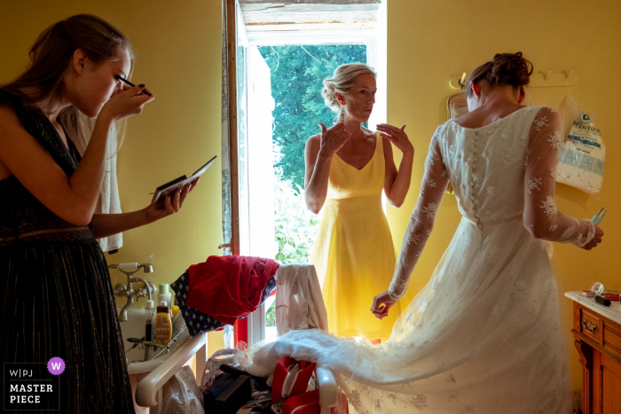 Ambazac bride getting ready with her mother and her sister - Candid Wedding Photography