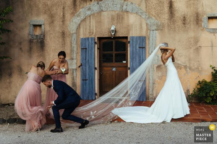 Chateau de Bijou, França Reportagem de casamento - Fotografia do salto da dama de honra no véu da noiva