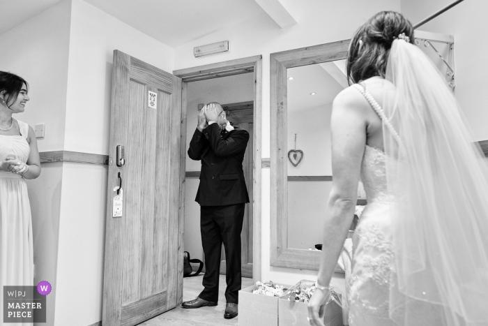 Hochzeitsreportage Fotografie von Maidens Barn, Essex, UK | Ein sehr emotionaler Vater während des Kleides offenbaren.