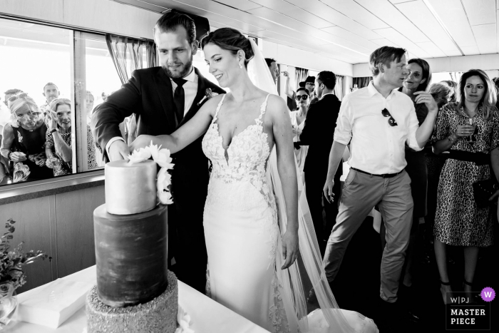 Rotterdam cake cutting photography in black and white - Wedding photojournalism