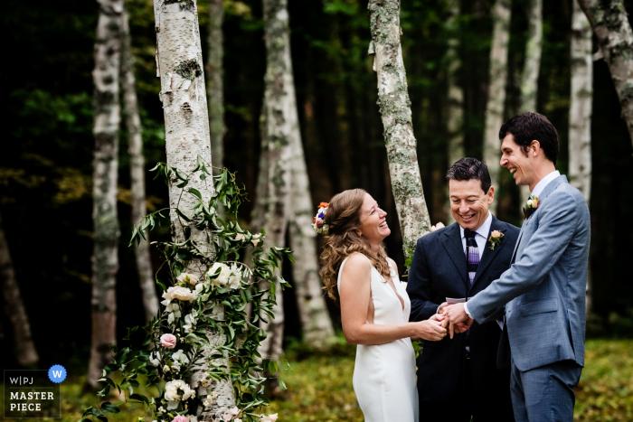 Ort der Zeremonie: Privateigentum in Woodstock, Vermont Hochzeitsreportage - Braut und Bräutigam lachen während der Zeremonie im Freien