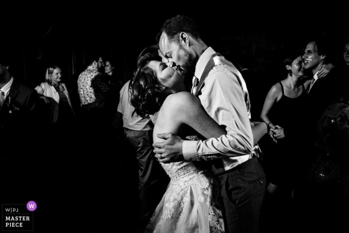 Colehayes Park Devon Trouwfotograaf - Afbeelding van de bruid- en bruidegomkus op de dansvloer