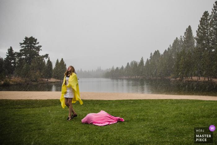 Tahoe Paradise Park: South Lake Tahoe, CA - Photojournalisme de mariage -Les jeunes invités du mariage jouent dans une tempête de neige inattendue en septembre, protégée par des couvertures colorées.