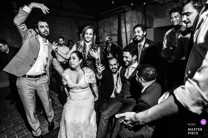 Couple with the wedding party at the reception - Celeiro Quintal - São Paulo event photography