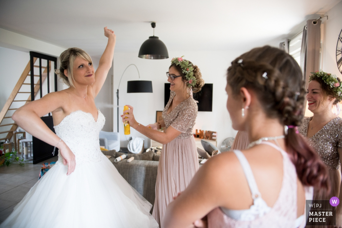 OiseHauts-de-France Wedding Photographer - Bride getting ready with some help