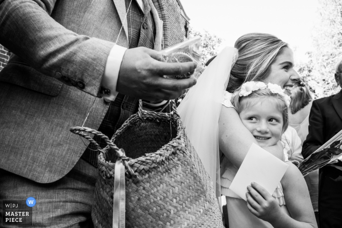 Antwerpen Flanders wedding photographer | black and white, bride with flower girl