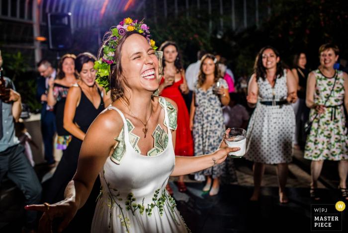 Veranstaltungsort Hochzeitsfotografie - Garfield Park Conservatory | Eine Braut tanzt mit einem Kleid voller Geld während ihres Hochzeitsempfangs