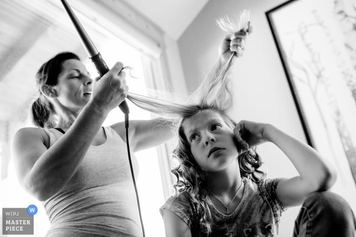 CO Brautvorbereitungsfotografie. Blumenmädchen will ihre Haare nicht machen lassen.