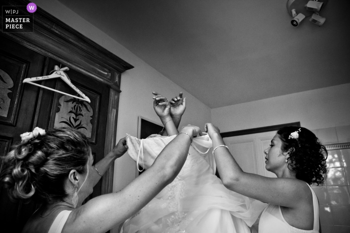 Auvergne-Rhône-Alpes wedding photographer — drome provencale — bride's dress with her friends