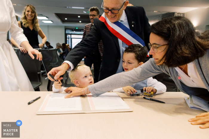 Lyon wedding photographer — When the kid want to sign!