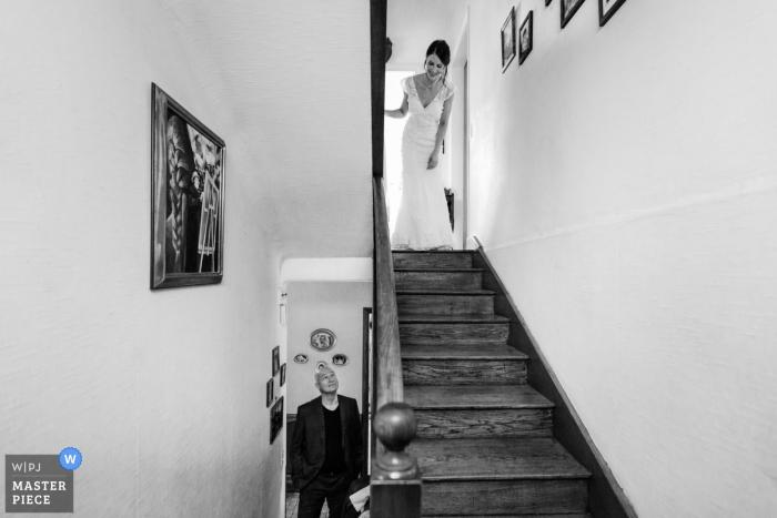 Ślubne zdjęcie Cotes-d'Armor panny młodej gotowej do wejścia po schodach przed ceremonią.