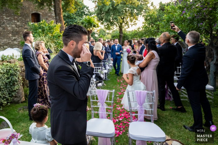 Lunario - Valverde wedding photography - The bridegroom does not hold back the tears when the bride arrives.