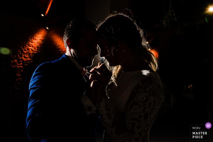 Hochzeitsfotograf aus der Wallonie - Erster Tanz auf der Tanzfläche eines dunklen Empfangs