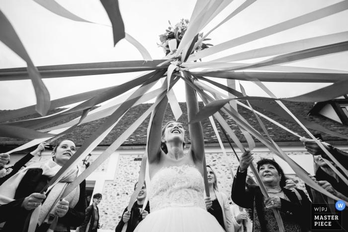 ferme de la ronce, La Houssaye-en-Brie wedding photographer | Bride's bouquet game